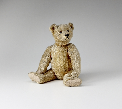 Bear 5322,1 – Teddy Hölder, Margarete Steiff, 1904–05, mohair, yarn, glass, felt, inv. no. F 1200