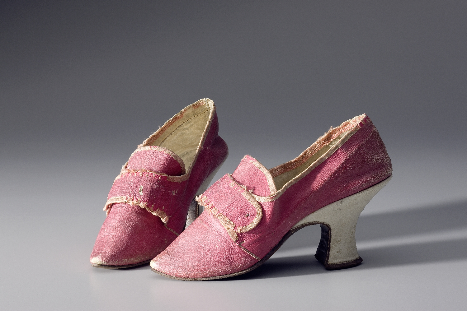 Lady's shoes, late 17th/early 18th c., leather, silk, inv. no. K 1715-49